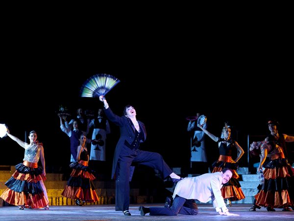 2012 cast of Handa Opera's La Traviata. Photo Lisa Tomasetti